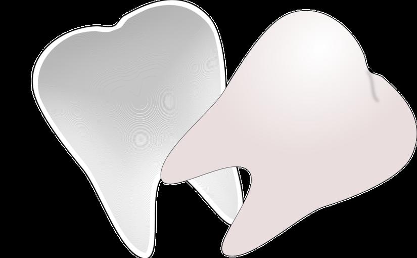 Ładne zdrowe zęby również efektowny prześliczny uśmieszek to powód do zadowolenia.